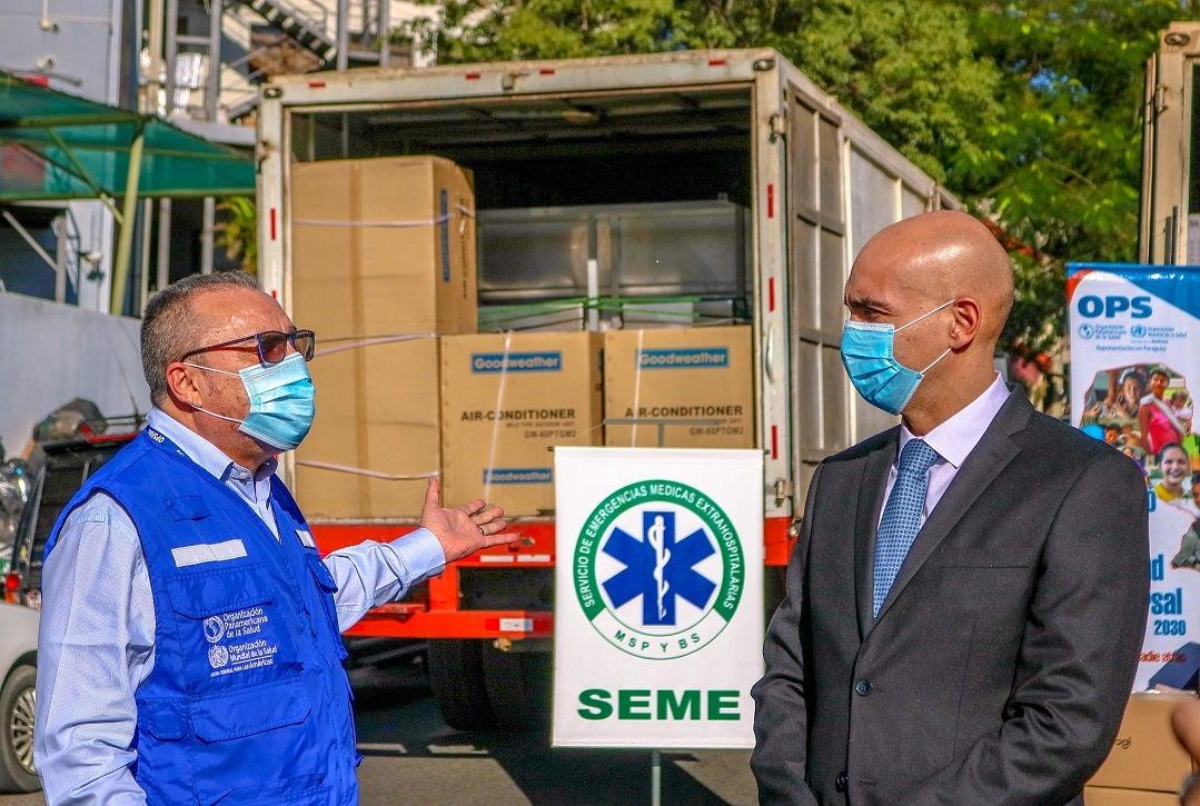 Representante de la OPS/OMS en Paraguay y el Ministro Mazzoleni en la entrega de equipos al SEME