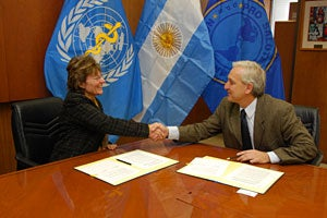 White Helmets of Argentina, PAHO agree to strengthen regional disaster response capacity
